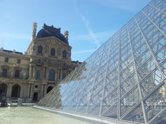 Louvre de fora, com a pirâmide de vidro consagrada pelo livro Código Da Vinci